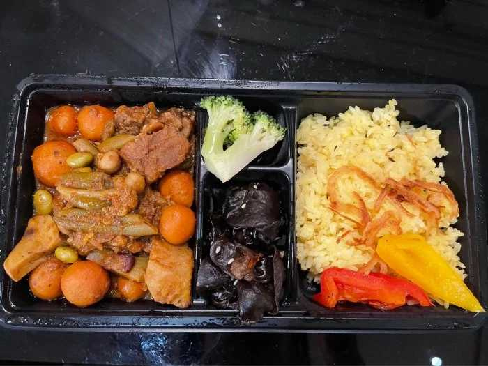 咖哩牛腩+saffron rice +木耳。(圖/Dcard)