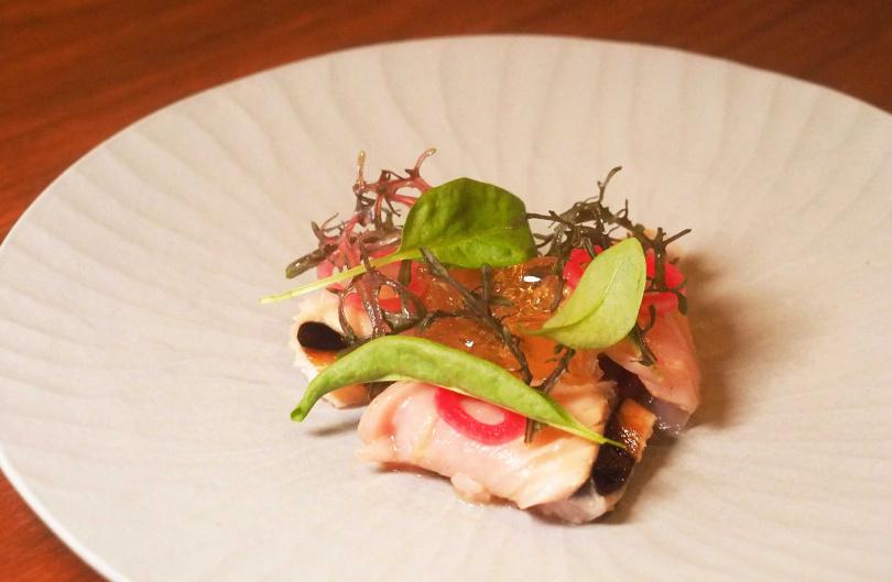 「梅澱燻魚:稻燻鰹魚、番茄凍、紫蘇梅」。(圖/魏妤靜攝)