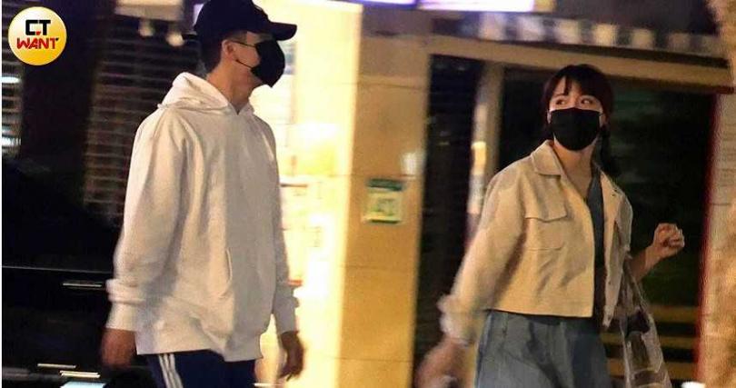 結束溝通後,元元與許凱皓才心滿意足地步行返家。(圖/本刊攝影組)