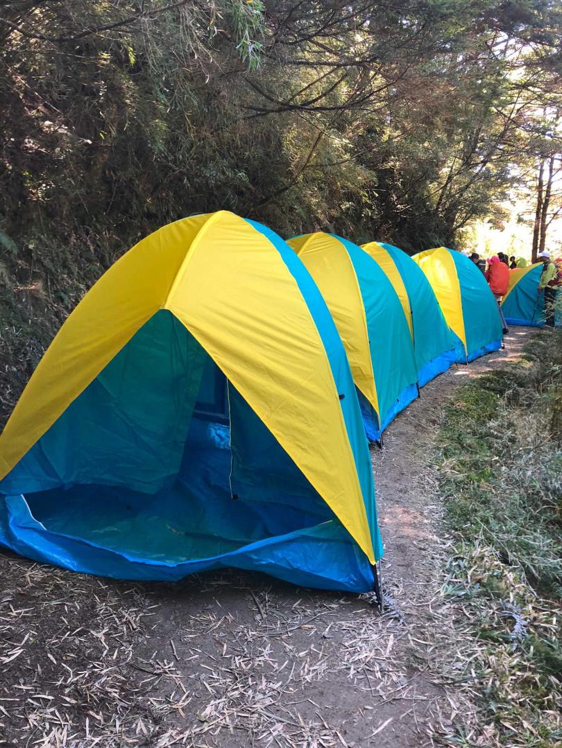 能高越嶺古道爆增的登山人口,由於可供紮營地有限,只好在來往通行古道上搭帳篷夜宿。(圖/山友提供)