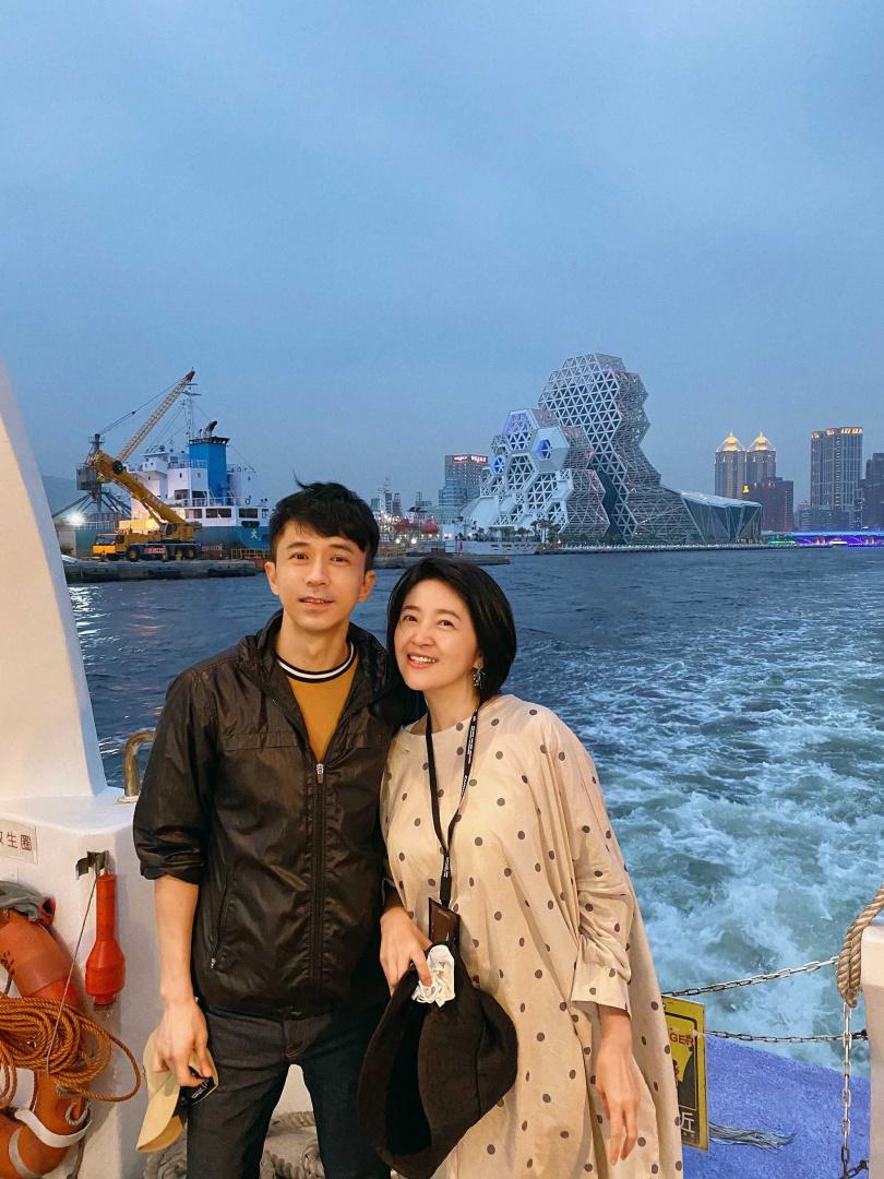光良(左)在「地陪」高流執行長李欣芸的推薦下,特別在當地多留一天做city tour。(圖/星娛音樂提供)