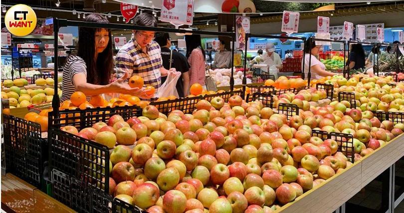 蘋果含有豐富維生素A、C,除了平時當水果食用,也可入菜、入湯,更有潤肺之效。(圖/黃威彬攝)