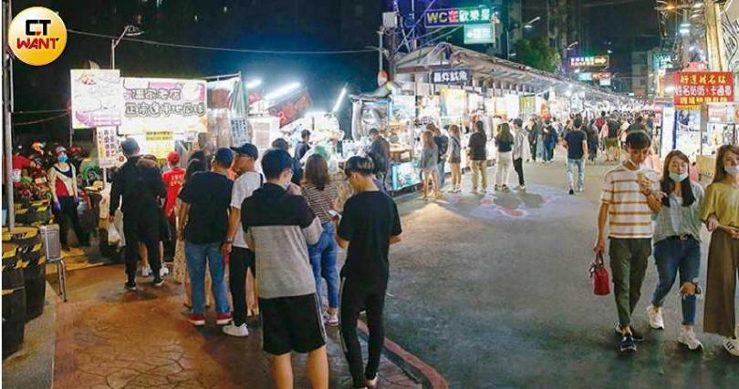 民以食為天,逢甲夜市小吃攤仍有民眾捧場,但對服飾、商品店家衝擊相對較大。(圖/黃耀徵攝)