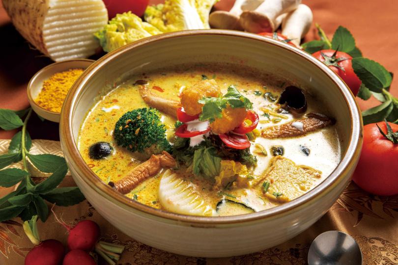「葡國天絲麵」的葡式咖哩湯頭,椰奶比例較高,喝起來溫潤辛香。(520元/套餐)(圖/焦正德攝)