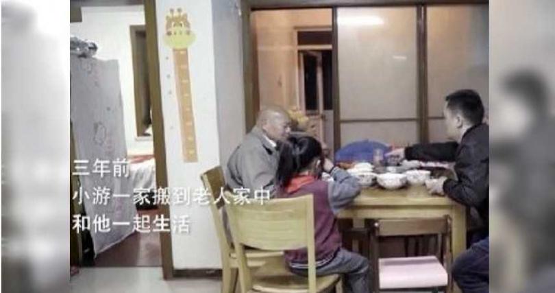 馬林與小游一家一起生活。(圖/翻攝自騰訊新聞)
