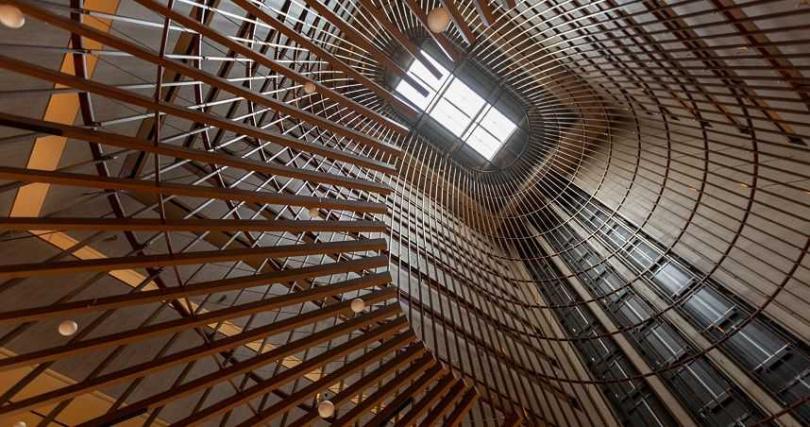 高聳的透明天井將光線流洩至大廳,巨大的魚簍意象從天井一路向下延伸,旅人只要抬頭仰望,視角有如游入其中的小魚般,深覺震撼。