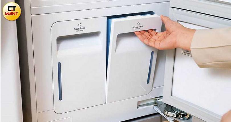 Styler蒸氣電子衣櫥機身下方有2個水槽,右側水槽需定期加水,左邊水槽的水則必須倒掉。(圖/張文玠攝)