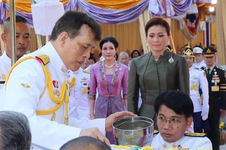 泰國貴妃被媒體鏡頭捕捉到,在王后的身後斜眼瞪對方。(圖/翻攝Andrew MacGregor Marshall推特)
