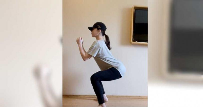 隔離中的温嵐勤做棒式、深蹲、假跳繩和瑜伽伸展,來keep住好身材。(圖/嵐圖娛樂提供)