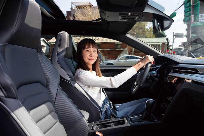 駕駛與副駕駛座採用Nappa Carbon碳纖維紋真皮跑車座椅,無論支撐、包覆、舒適性表現都相當完美。(圖/黃耀徵攝)