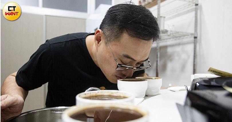 原本並不喝咖啡的王信鈞現竟變成咖啡專家及獵豆高手。(圖/黃威彬攝)