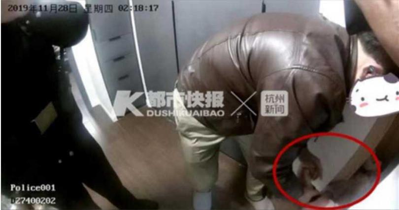 女子縮在一個櫃子裡,經過警方一個多小時的勸說,才肯出來。(示意圖/新浪浙江)