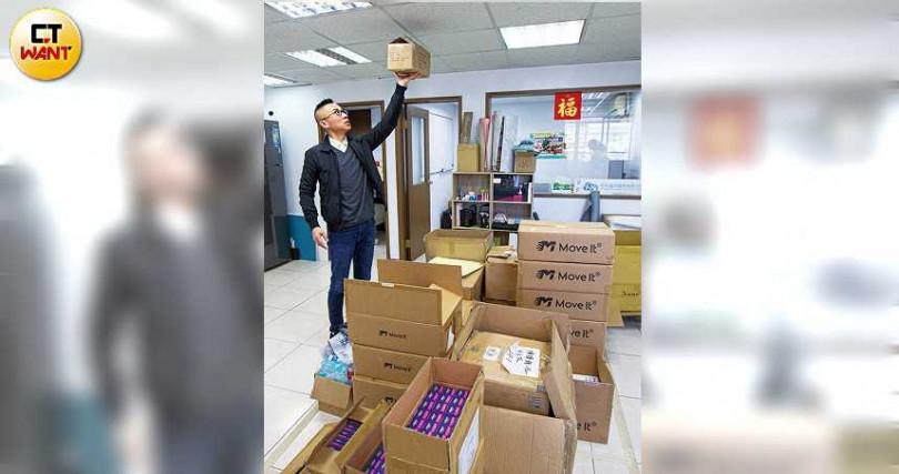 情趣用品代理商郭浩鑫表示,原本堆到天花板的貨,如今所剩無幾。(圖/黃耀徵攝)