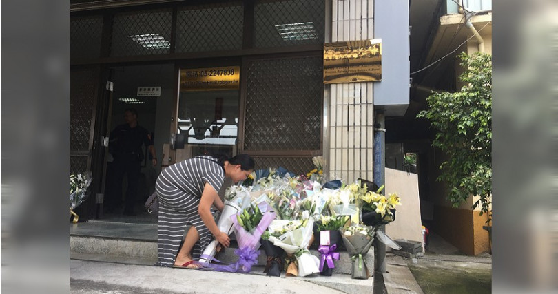 民眾獻花哀悼。