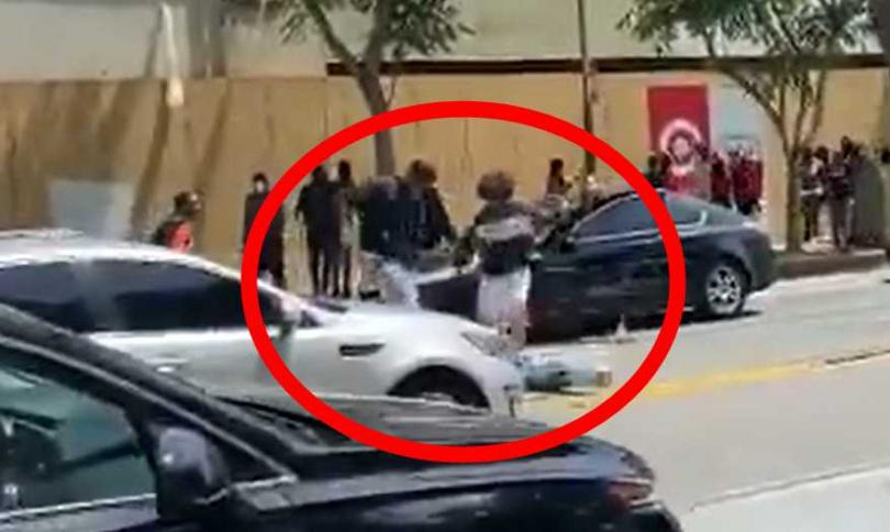 黑人男子直接把白人男子打趴在地,還狠狠踹了好幾腳。(圖/翻攝自推特@MrAndyNgo)