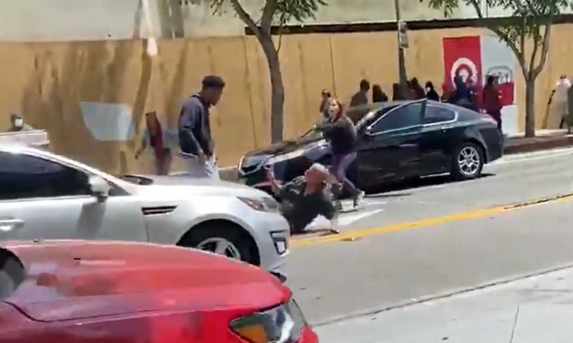 白人女子趕緊制止黑人男子再施暴。(圖/翻攝自推特@MrAndyNgo)
