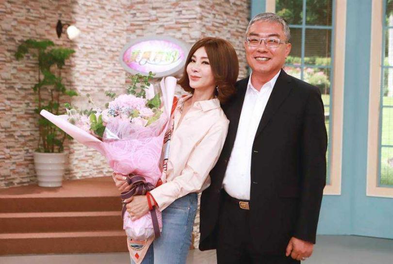 民視執行副總經理許念台送上鮮花,感謝陳美鳳加持。(圖/民視提供)