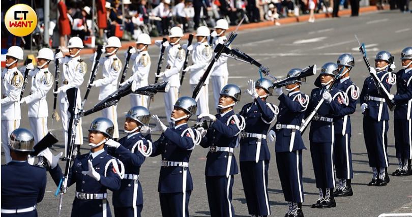 三軍儀隊表演花式操槍(圖/黃耀徵攝影)
