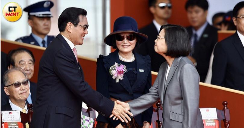 前總統馬英九(左)與現任總統蔡英文(右)握手(圖/黃耀徵攝影)