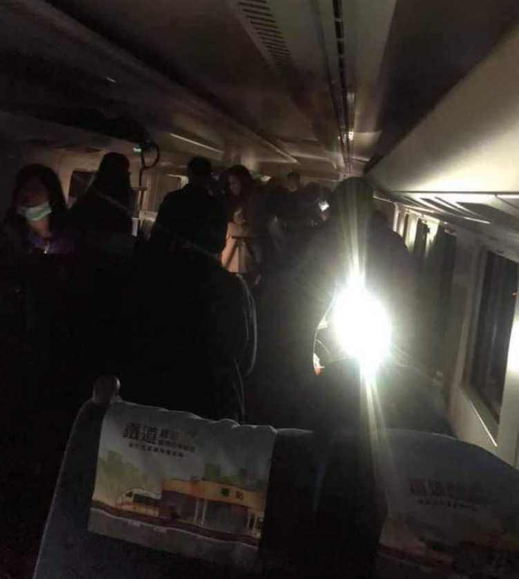 台鐵太魯閣號遭撞出軌重大意外,許多乘客受困摸黑逃出,原本失聯的列車駕駛也找到確認罹難。(圖/翻攝「阿美族的歌」臉書)