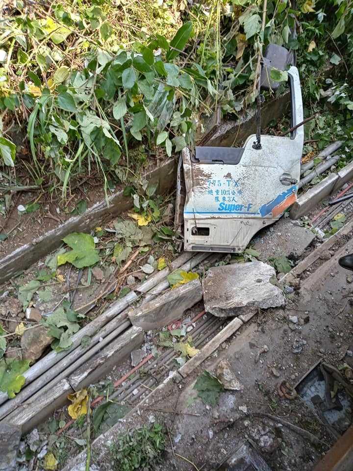 台鐵太魯閣號遭撞出軌意外,目前工程車司機已經找到,帶回派出所偵訊。(圖/翻攝「阿美族的歌」臉書)