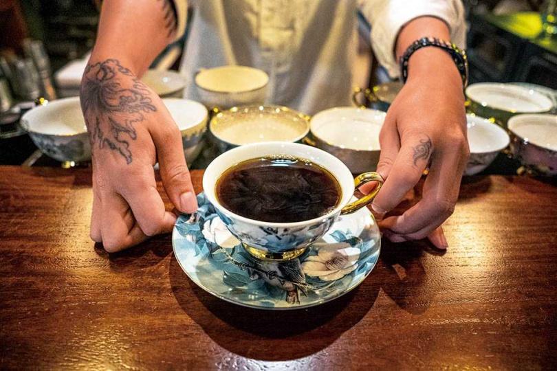 店主金萬打造需預約入席的體驗空間,以咖啡和同好交流生活故事。(圖/焦正德攝)