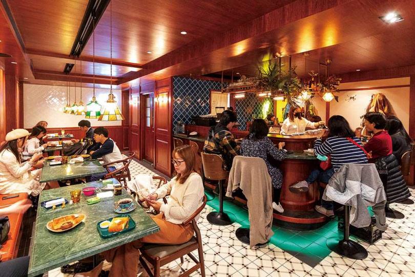 以台灣蛇紋石打造的吧檯與桌面,和木質調空間意外形塑出日式咖啡館氛圍。(圖/焦正德攝)