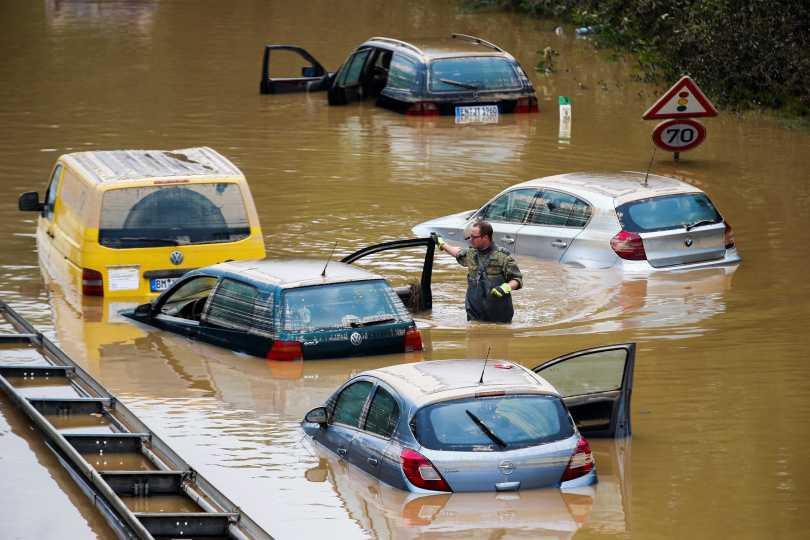 不少車輛受困在洪水之中。(圖/達志/路透社)