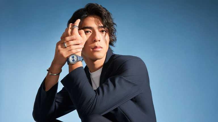陳昊森以休閒隨興的夜藍色獵裝,搭配PIAGET「Polo」系列精鋼自動上鍊計時碼錶、及「Possession」系列飾品,率性演繹摩登運動風格。(圖╱PIAGET提供)
