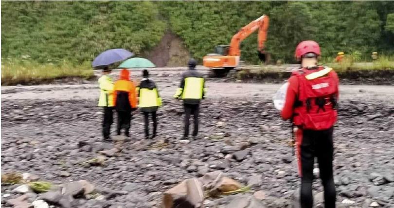 山區雨勢不斷,石門溪溪水湍急十分危險,讓救難人員難以渡溪救援。