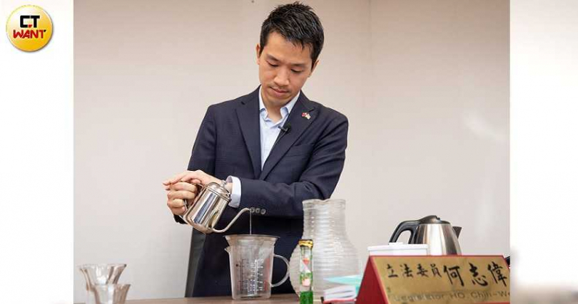 何志偉也是精品咖啡協會的榮譽理事長,每天不但會親自沖泡咖啡,連沖泡過程都有一套嚴謹的SOP。(攝影/張文玠)