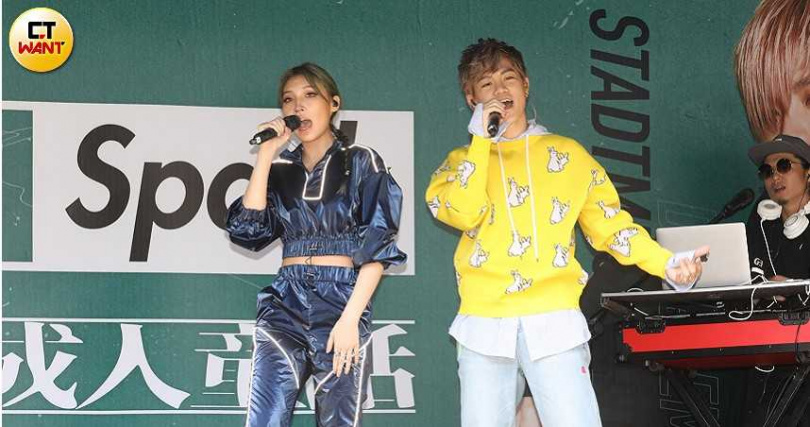 Spark(右)和師姐Karencici兩人一同演唱新歌〈假高潮〉,Spark也盛讚因為師姐磁性的嗓音幫唱,頓時讓歌曲變得更有層次。(圖/林勝發攝)