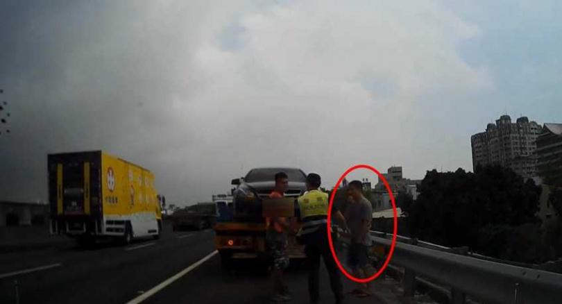 最後警方通報前方拖吊車將危險駕駛的賓士車攔下,人車帶回警局依規定開罰。(圖/翻攝畫面)