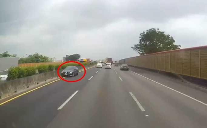 另一名網友提供的行車紀錄器拍下的畫面,賓士車竟行駛內側車道,沿路閃燈,網友痛批,簡直是自殺式的開車方式,太危險了。(圖/翻攝畫面)