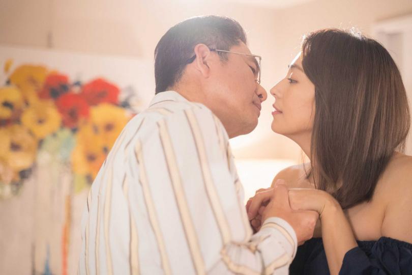 洪都拉斯跟阿喜拍攝吻戲。(圖/東森提供)