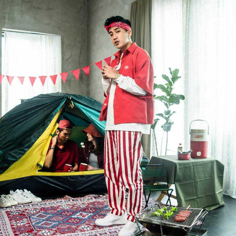 婁峻碩在〈KEY〉MV中大玩角色扮演一連換四套風格時髦造型。(圖/想不到音樂工作室提供)