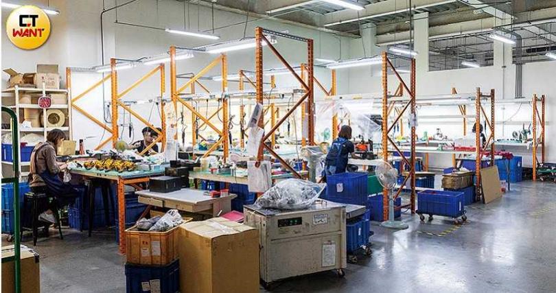 寶熊漁具的訂單已滿到今年6月,廠內每位工作人員都專注地完成手上的零件。(圖/張文玠攝)