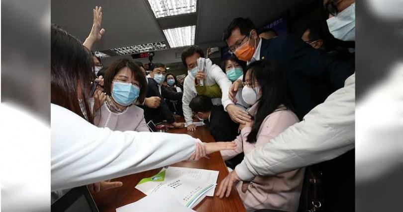 為了疫苗採購合約應否解密,朝野立委激烈攻防,在22日的衛環委員會上,藍綠雙方因此發生衝突。(圖/報系資料照)
