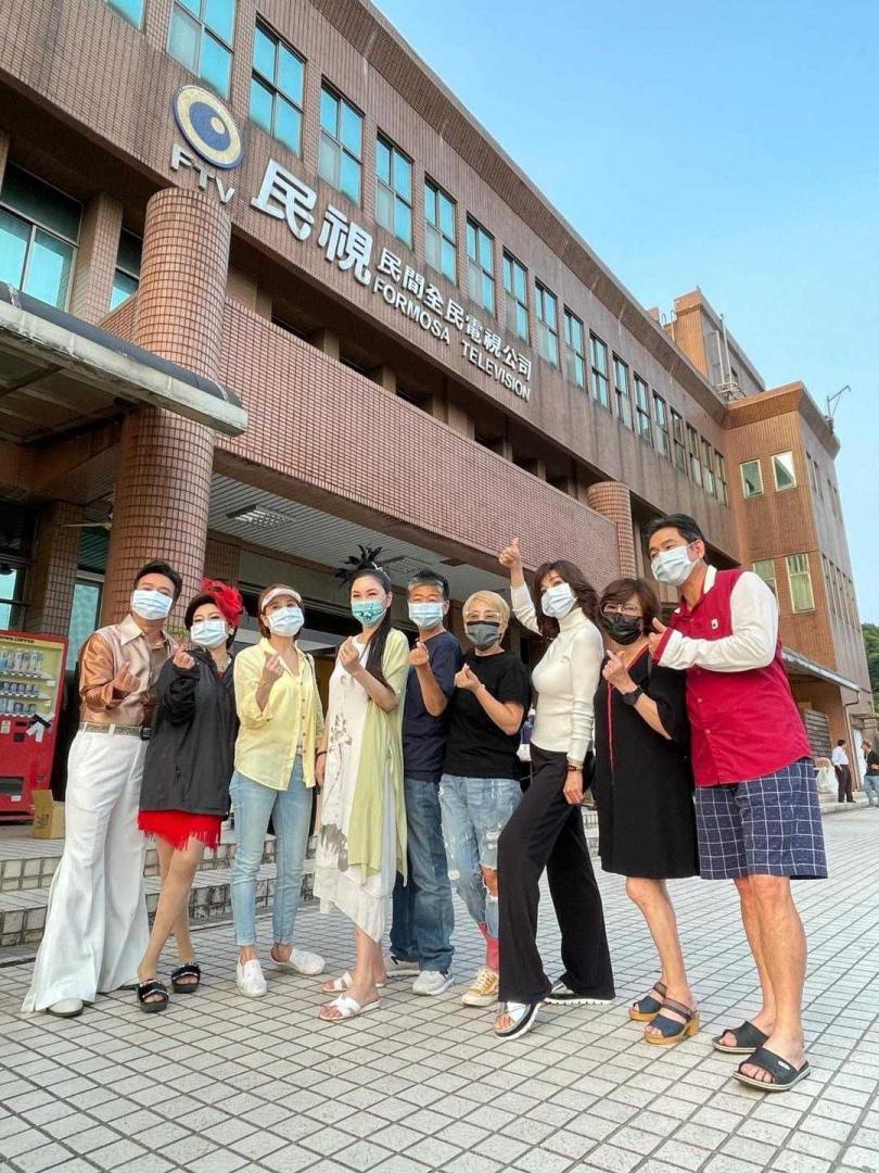 藝人紛紛戴起口罩,帶領員工一起防疫。