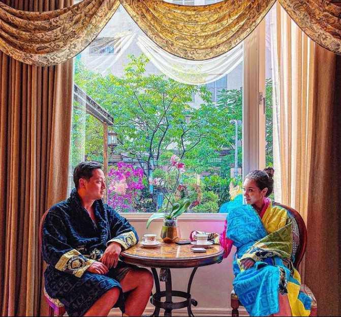 女星王思佳結婚周年配合防疫在家中度過,意外曝光家裡的豪華擺設。(圖/翻攝臉書)