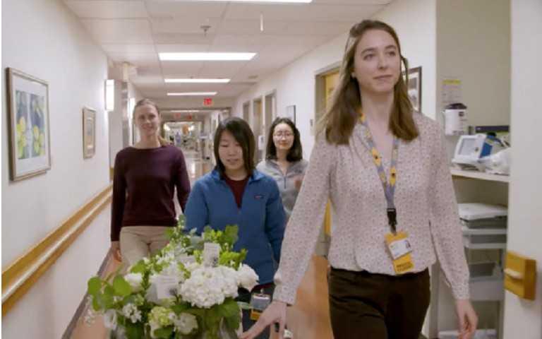 女醫師樂芙長年出入陌生人婚禮,只為蒐集鮮花給病人。(圖/翻攝自VCU Health Youtube)