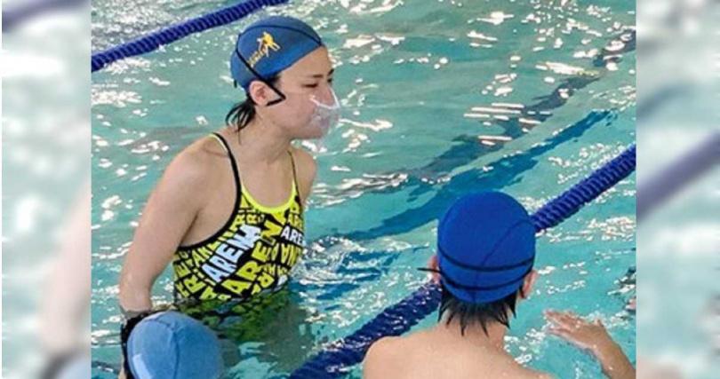 許多國家針對游泳採取防疫措施,諸如配戴水中口罩(圖)、保持游泳間隔等。(圖/翻攝自朝日新聞網)