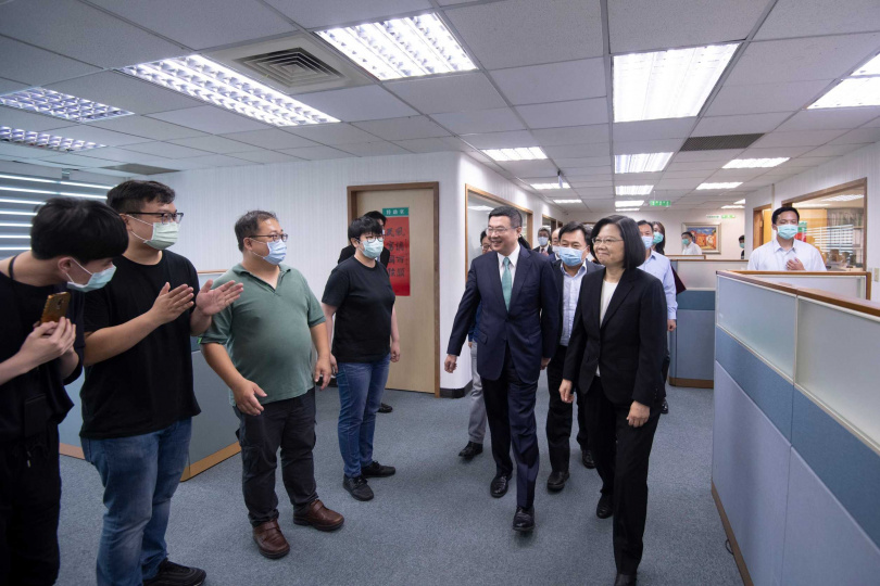 總統蔡英文接任民進黨第十七屆黨主席,並感謝前主席卓榮泰。(圖/民進黨提供)