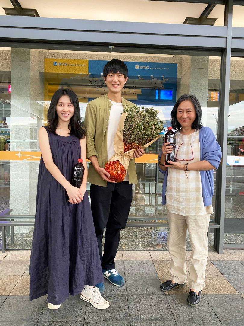 白安新歌MV找來楊麗音(右)、邱昊奇(中)助陣演出。(圖/相信音樂提供)