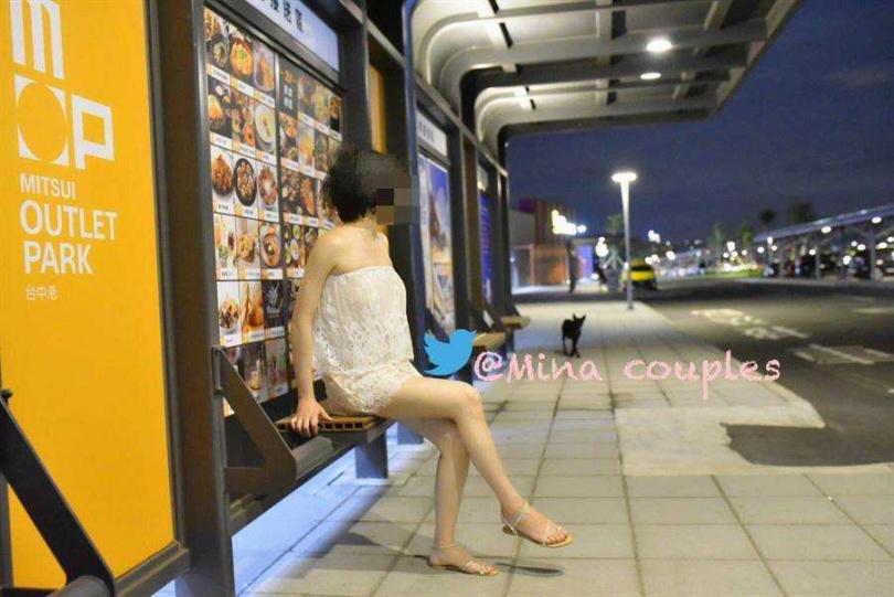 自稱「台中米娜」的女子,穿著極透視的白色洋裝,特到三井OUTLET拍照。(圖/翻攝自當事人推特)