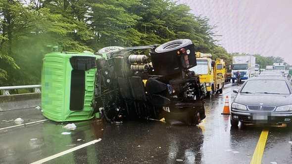今日上午台86線也發生曳引車失控撞上護欄翻覆意外,62歲的駕駛被拋出車外,頭部受到重創。(圖/翻攝畫面)