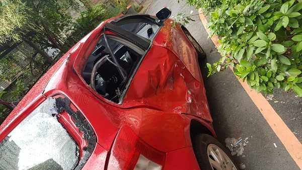 騎士撞上準備左轉的汽車,右側車門受損嚴重。(圖/翻攝臉書/北宜公路(追焦照.路況回報))<br>