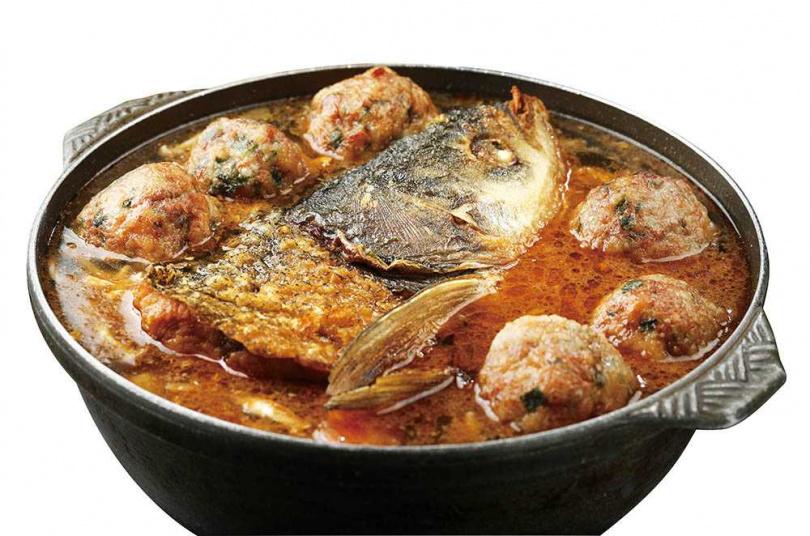 「魚頭獅子鍋」除了鰱魚頭及獅子頭,還有扁魚、蛤蜊、大白菜、番茄和香菇等,整鍋滿滿好料。(980元)(圖/于魯光攝)