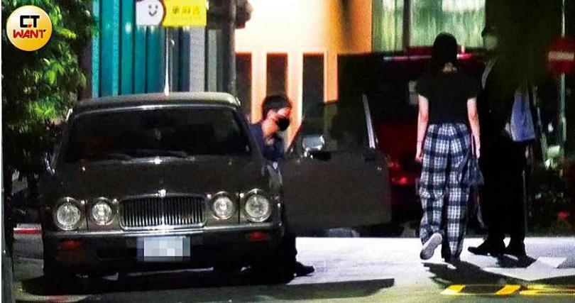 眾人到柯震東家的夜店續攤,清晨4點多大飛獨自開車離去,阿虎和愷愷則一起步行離開,留下陳比熊一人在店內。(圖/本刊攝影組)