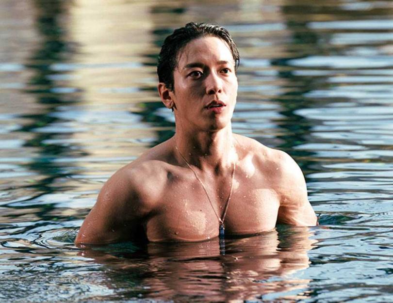鄭容和近年迷上健身,導演特別安排游泳戲讓他秀肌肉。(圖/愛奇藝國際提供)